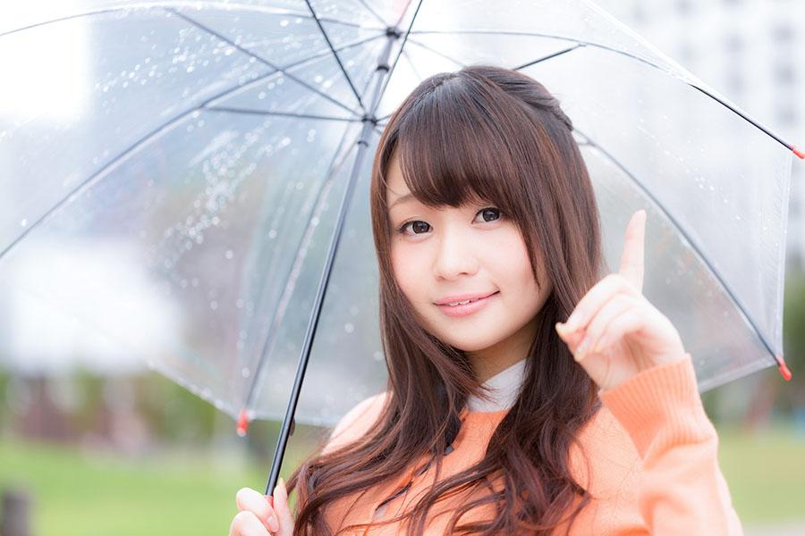 ビニール傘をさす女子