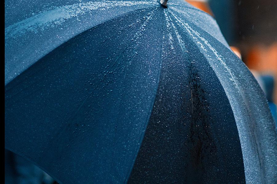 雨に濡れた傘
