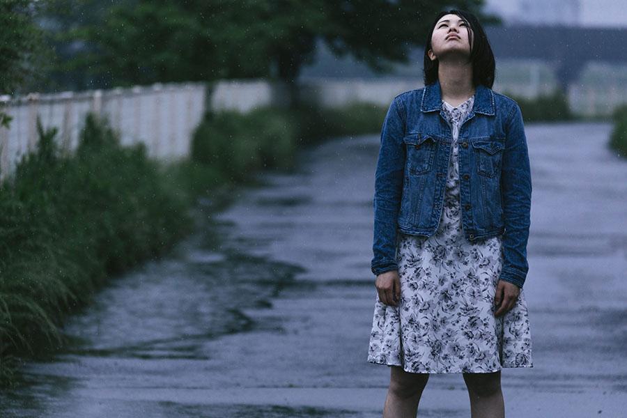 雨のあとがっかりした女性