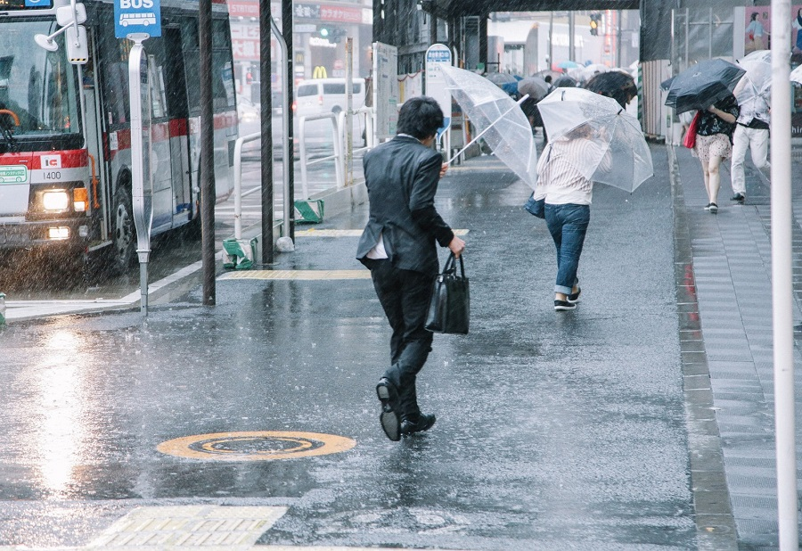 大雨の日のビジネスマン